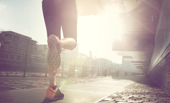 Läuferin bei Sonnenaufgang in einer Stadt