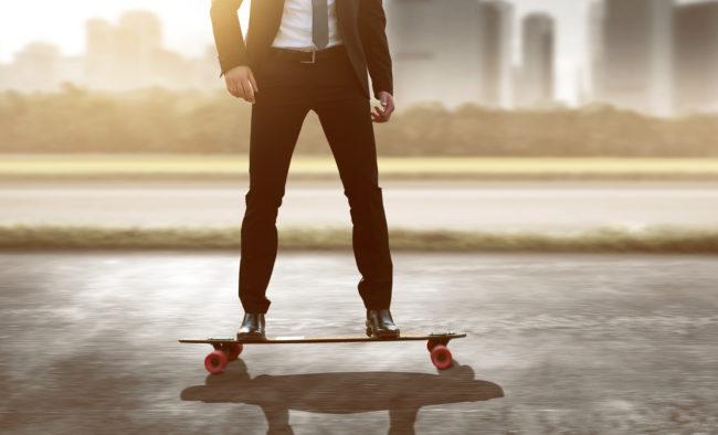 Geschäftsmann auf Skateboard