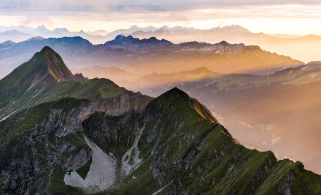 Berge bei Sonnenuntergang vom Brienzer Rothorn aus Richtung Interlaken, Berner Oberland, Alpen, Schweiz